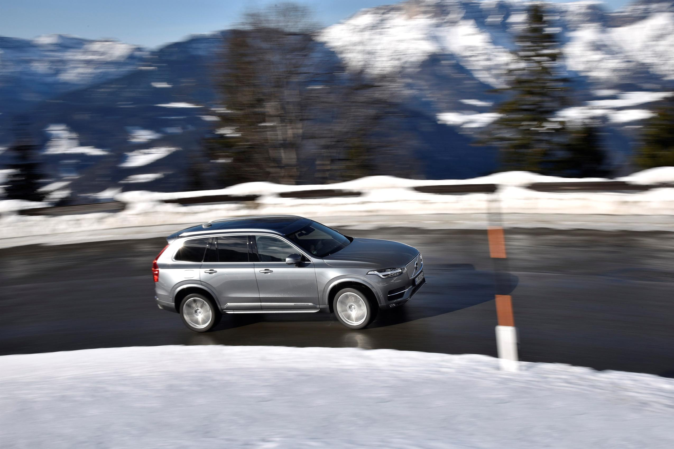 Volvo XC90 - going up mountain road